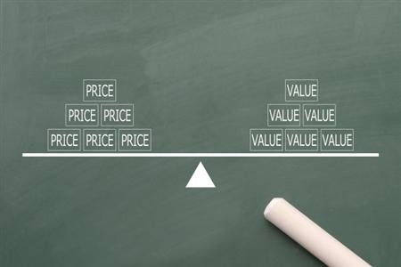 黒板に描かれた価値と価格の天秤